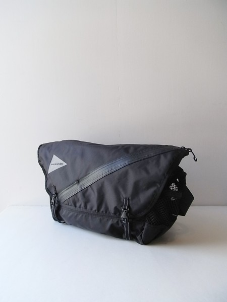 and wander 20L messenger bag (black)