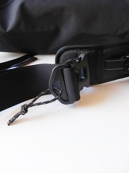 and wander 20L messenger bag (black)